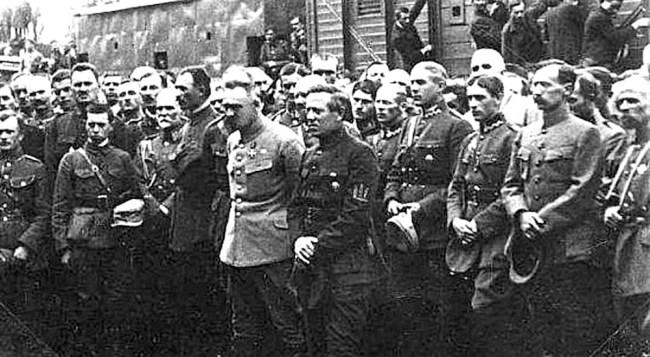 Пилсудский и Петлюра (в центре) вместе с украинскими и польскими офицерами