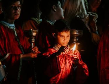 Garçon avec une bougie à Pâques