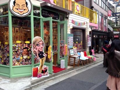 Un negozio di tatuaggi che ci ricorda la stereotipizzazione degli occidentali