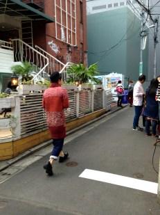 La moda maschile giapponese (notare che il ragazzo in foto è vestito in modo abbastanza normale) è un incrocio tra la moda femminile e quella clownesca