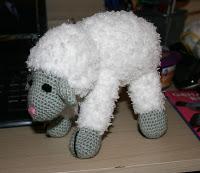 Eindresultaat: een staand schaapje van zacht garen. Een echte schapenkop.