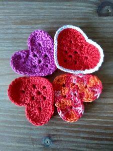 vier hartjes in verschillende kleuren in klaverblad vorm