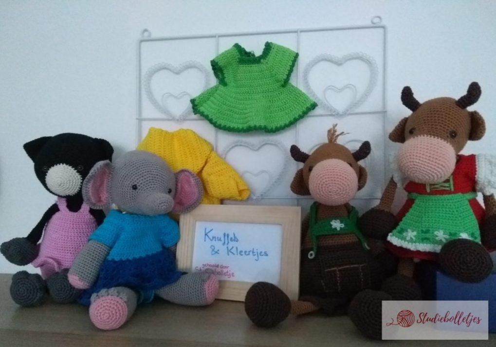 Knuffels uit Christels Knuffels 1 en 2 met verschillende kleertjes uit beide boekjes.