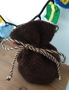 Een grotere zak van sinterklaas met een tweekleurig touw.