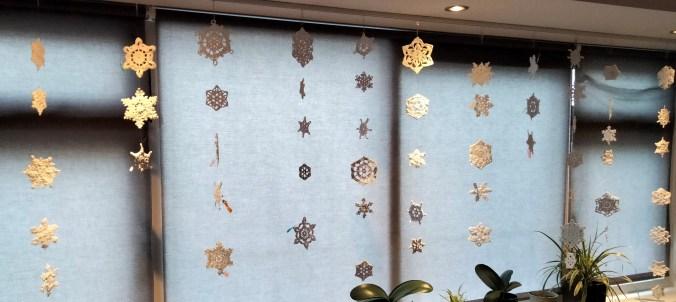 Een deel van de 61 gehaakte sneeuwvlokken voor het raam