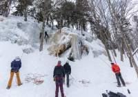 Groupe faisant de l'escalade de glace
