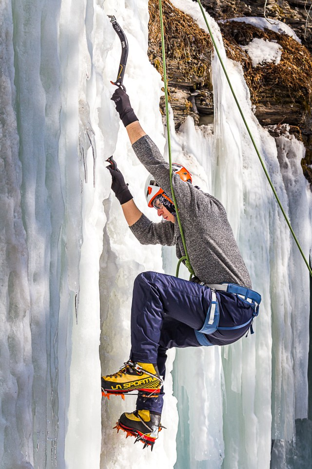 Grimpeur pendant La clinique d'initiation à l'escalade de glace de parcours aventure pendant le Festiglace 2020 de Pont-rouge au Québec
