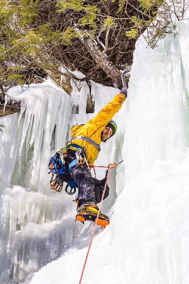 Escalade de glace en tête pendant le Festiglace 2020 de Pont-rouge au Québec