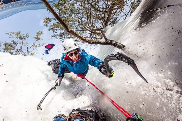 Paul grimpe sa première voie en solo pendant le Festiglace 2020 de Pont-rouge au Québec