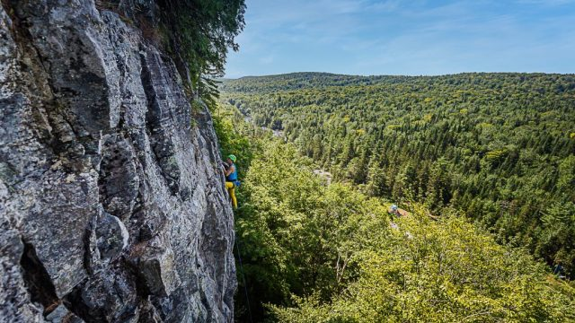 Manu grimpe dans le set=cteur de la croisée des chemins au lac long, QUébec , Canada