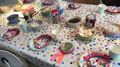 Cake versieren tijdens kinderfeestje