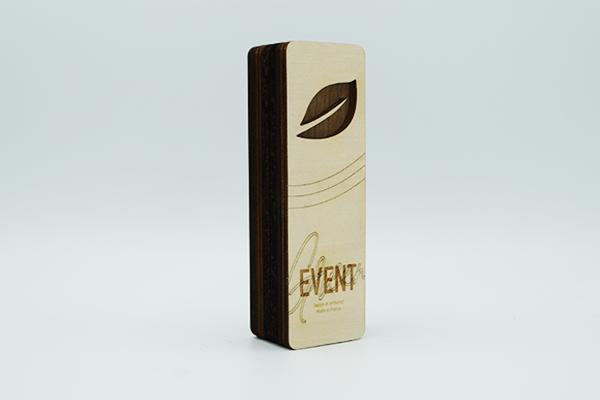 Recompense verticale, superposition de plaques en bois plaqué, contraste bois clair et foncé, découpe et gravure laser, personnalisation évènementielle
