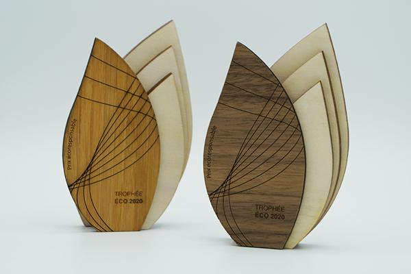 trophee miniature naturelle, forme feuille, bois clair et foncé, gravure et découpe sur le plaquage en bois - paris - artisan design er-maxence fortier