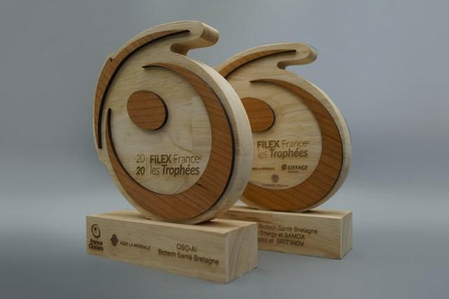 Série de trophées en bois sur socle avec le logo entreprise, logo découpe laser en bois, création logo-trophée coresponsable, marquage élégant sur bois