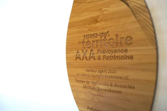 gros plan sur gravure logo, trophée placage bois, origine ue, fabrication artisanale, trophées sur mesure AXA