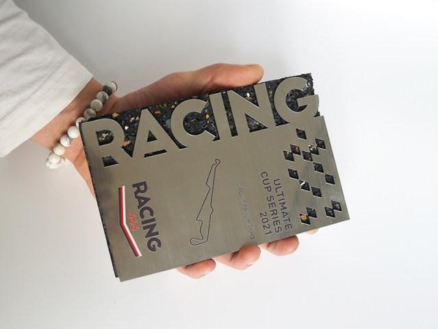 Trophée personnalisé, trophée en caoutchouc, bi matière, pour évènement sportif, effet métallisé, trophée porté à la main