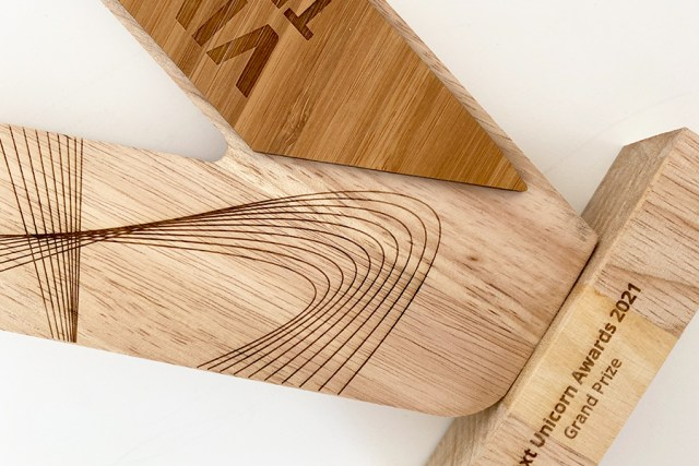 trophée en bois victoire, viva technology, forme V, trophées, studio l'ingrédient