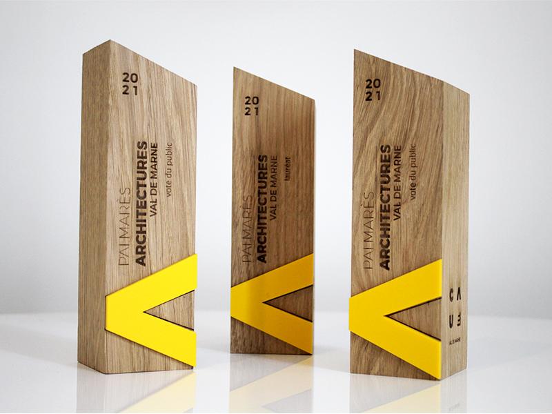 totem en bois, avec pmma jaune, gravure sur la face avant, 3 trophée, trophée totem écologique, v de victoire, totem a pan biseauté sur le dessus du trophée
