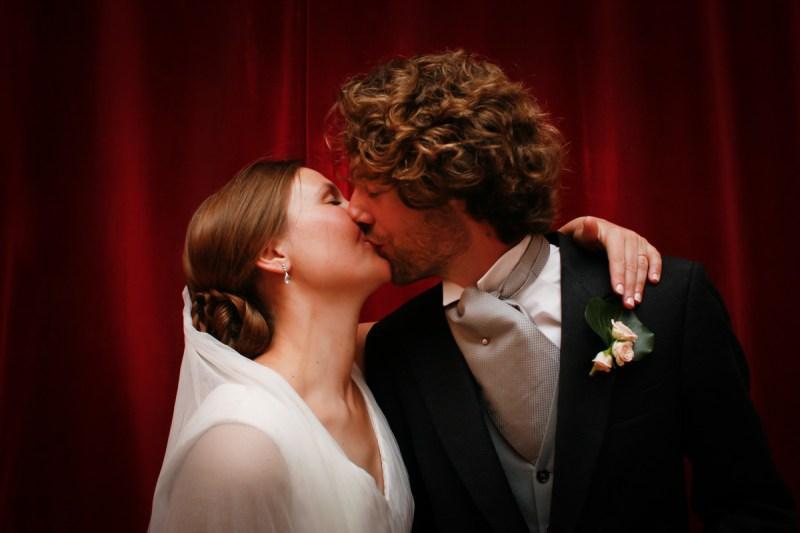 030_lm_20121006-200827_baiser_mariage_par-ludovic-maillard_studio-sud