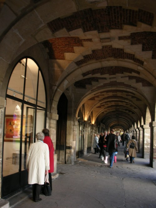 Place des Vosges, les galeries d'art ; 10 mn à pieds