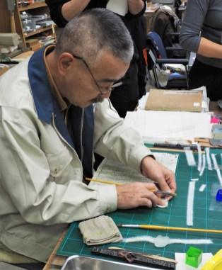 Le Sensei a l'oeuvre pendant une opération de restauration