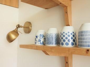 détails des étagères bois et appliaques laiton