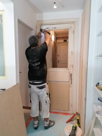 répération de la porte d'entrée en bois