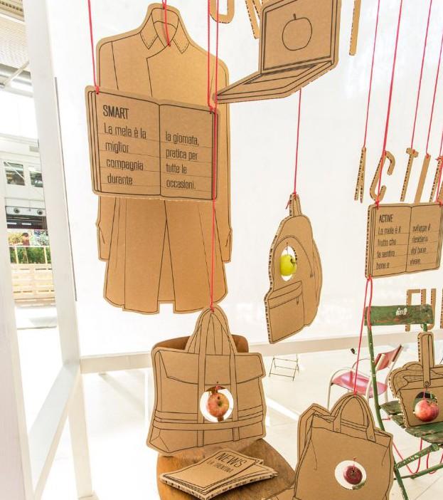 Escaparates con decoración fabricada en cartón