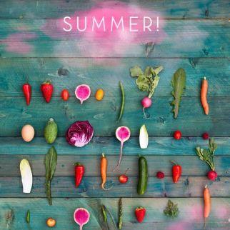 Escaparate divertido con frutas de decoración en verano