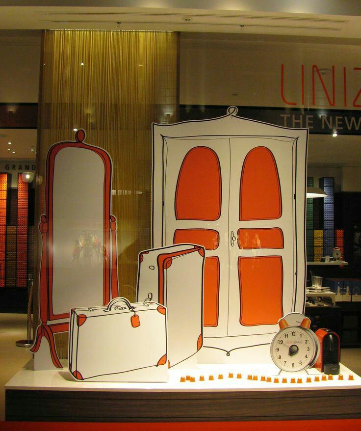 mobiliario de escaparatismo con dibujos en blanco y naranja