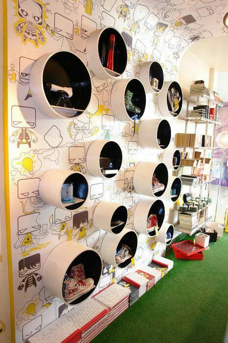 Exposición de complementos en pared con dibujos en patrón