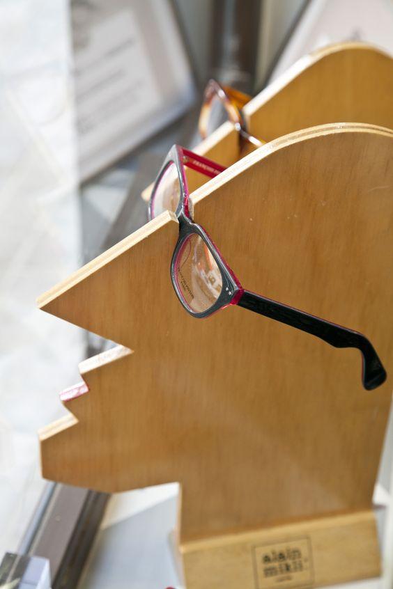 Soporte para exponer gafas, silueta de caballero en madera