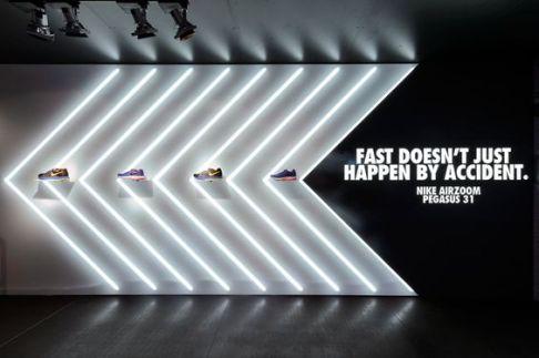Escaparates con tubos de luz creando una figura decorativa integrada con el producto