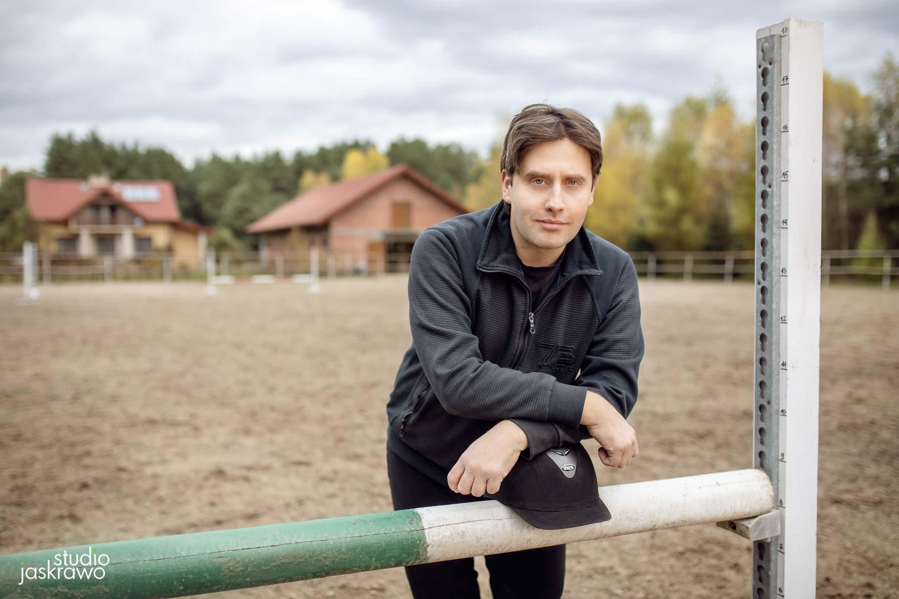 jeżdziec konny opiera się o przeszkodę do skoków dla koni