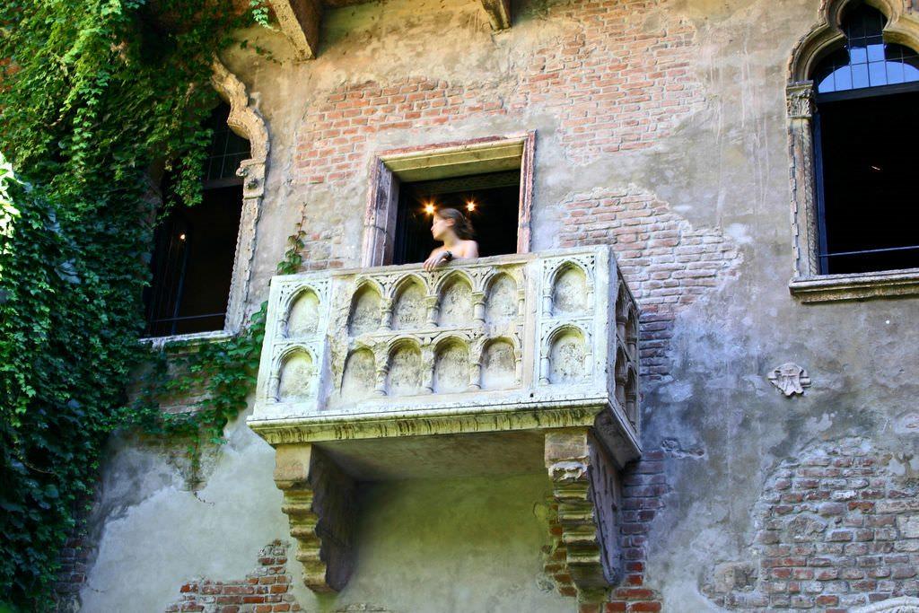 Romeo and Juliet balcony scene in modern English