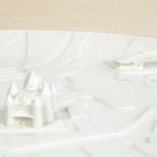 c08-ams-detail1-city-plates-amsterdam-bebouwe-kom-schaal-met-gebouwen-studio-lorier-porselein-bord-met-grachten