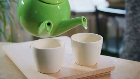 Pouring tea for two in slowmotion