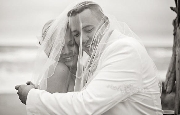 wedding_couple_veil_over_heads_black_and_white_photo