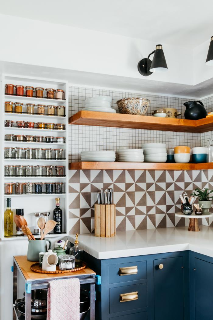 keuken met kruidenpotten