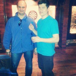 Студенты английского яыка Валерий и Руслан играют в darts.