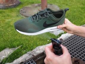 Einfach drauf los sprühen, bis der Schuh feucht ist