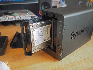Schraubenlose Montage der Synology DS218+