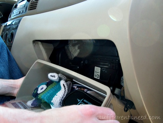 replacing an air filter: remove the glove compartment
