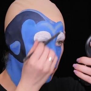Afin d'obtenir la forme du droit du visage de Dory, Chrisspy seulement peint les trois quarts de son visage réel.