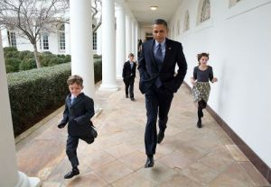 Barack Obama coure avec des enfants à la maison blanche