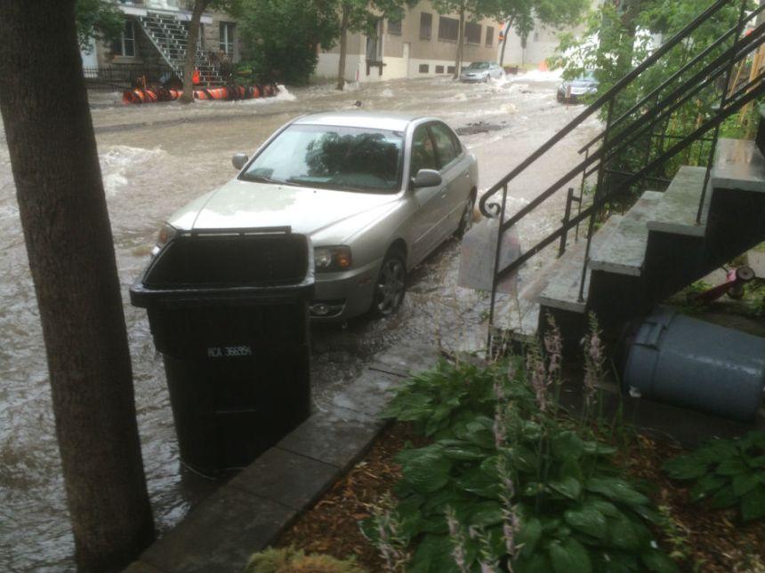 La voiture inondée a été déplacée sur le trottoir