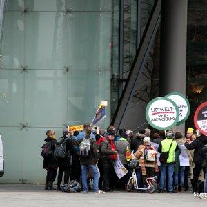 """Protestaktion vor dem """"Bahntower"""", der Konzernzentrale der Deutschen Bahn AG"""