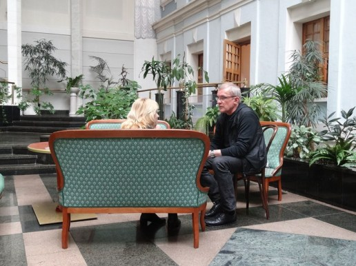 Ballettintendant Reid Anderson im Interview mit einer russischen Journalistin im Bolschoi Theater