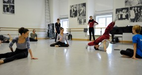 Sidi Larbi Cherkaoui rehearsing with the dancers: Miriam Kacerova, Jason Reilly, Elisa Badenes, Anna Osadcenko and his assistant Acacia Schachte (f.l.t.r.)
