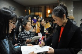 She also has lots of Korean fans: after the performance Hyo-Jung Kang signs autographs.